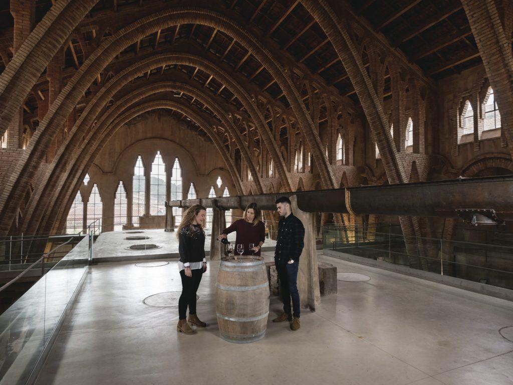 Una parella fa un tast de vins a la Catedral del Vi a Pinell del Brai / Gemma Miralda